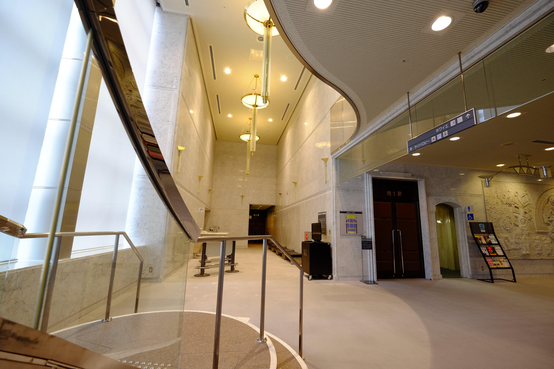 くすのきホールホワイエ 3階への階段付近